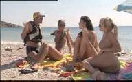 Trois cochonnes racolées nues sur la plage