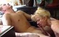 Video x Jeunot baise une Vieille blonde chez elle