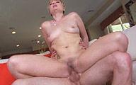 Film x Grosse blonde poilue tire sur ses poils