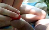 Film sexe pipe coquine avec des fraises